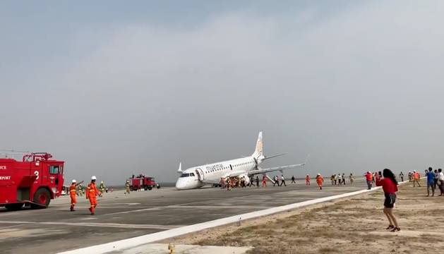 El avión que ha aterrizado sin las ruedas delanteras