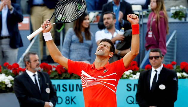 El tenista serbio Novak Djokovic celebra su victoria ante el griego Stefanos Tsitsipas, al término de la final del Mutua Madrid Open disputada este domingo en la Caja Mágica, en Madrid.