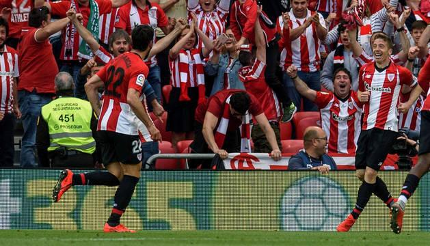 foto de El centrocampista del Athletic de Bilbao Raúl García celebra su segundo gol ante el Celta de Vigo