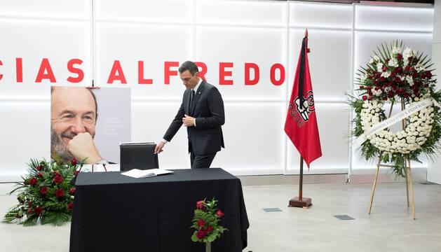Pedro Sánchez, antes de firmar en el libro de condolencias a Rubalcaba, este domingo