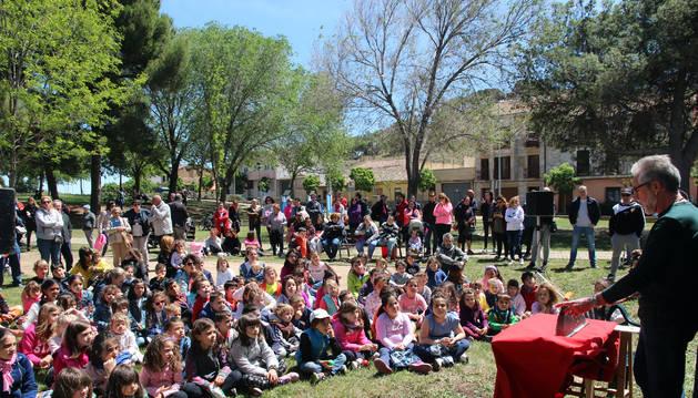 Los pequeños contemplan con atención la obra de títeres que representó el Colectivo Humo.