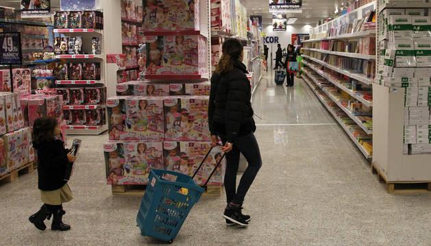 Foto del interior del centro comercial Hipercor, en Itaroa, mientras varios clientes hacen compra.