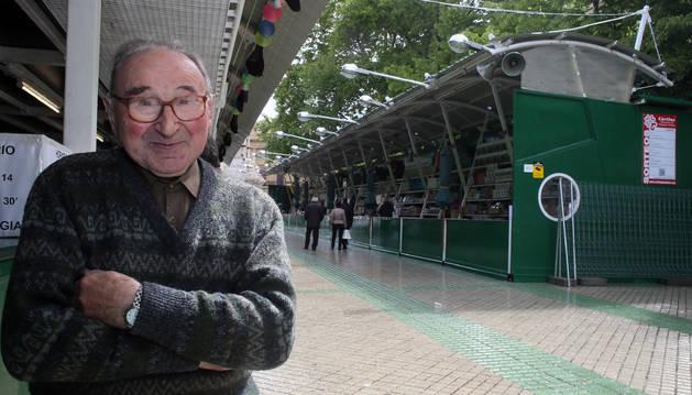 Foto de Luis Ayanz Elizagaray, retratado junto a su puesto en la Tómbola de Cáritas.