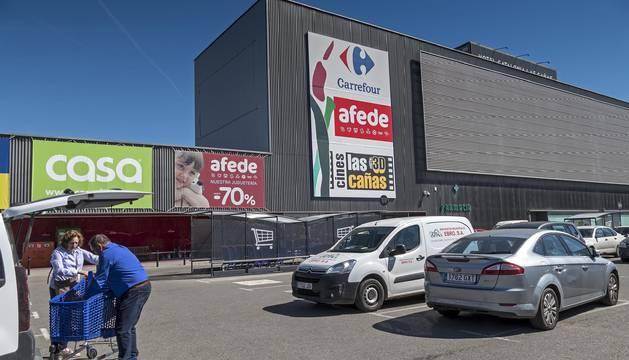 Foto de la entrada principal del Carrefour ubicado en el parque comercial Las Cañas, en Viana, que cerrará en las próximas semanas.