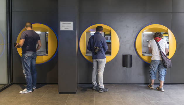 Foto del hábito de sacar dinero de un cajero no está al alcance de todos los navarros.