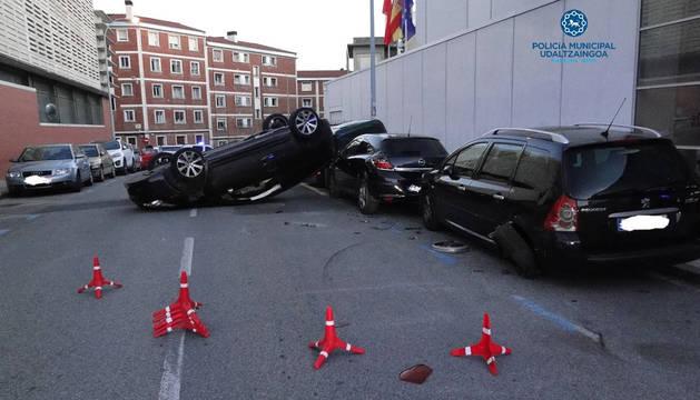 Estado en el que quedó el vehículo accidentado en la calle Sangüesa tras colisionar con otros tres coches.