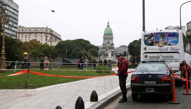 Policías junto al Congreso argentino.
