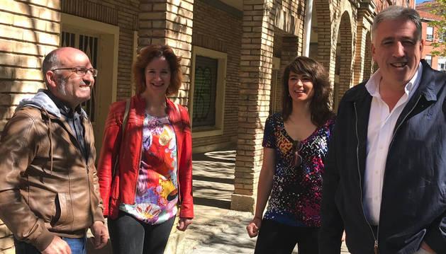 Joxe Abaurrea y Joseba Asiron durante el acto de campaña este lunes 13 de mayo.