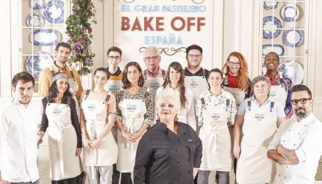 Los concursantes y el jurado de 'Bake off'.