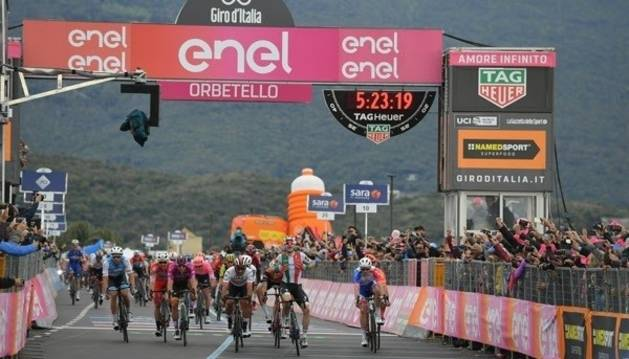 Elia Viviani celebra su triunfo en la tercera etapa del Giro antes de ser descalficado.