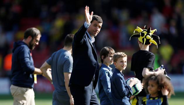 El navarro Javi Gracia saluda a la afición tras finalizar el encuentro contra el West Ham