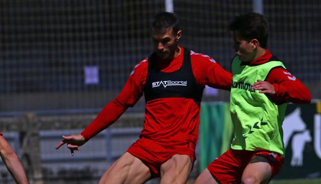 Xisco protege el balón durante el entrenamiento de este lunes 13 de mayo en Tajonar.
