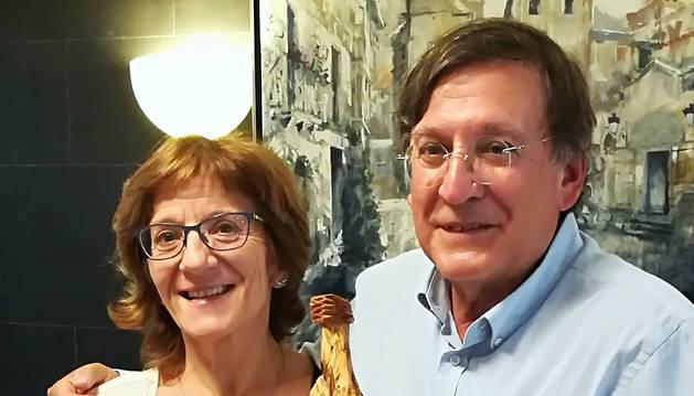 Olga Conde y Joaquín Araujo, con la talla de Castildetierra.