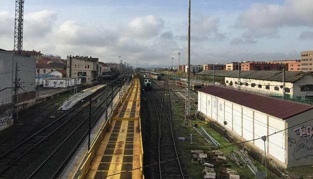 Foto de las vías del tren, en Pamplona. Al fondo, a la izquierda, la estación.