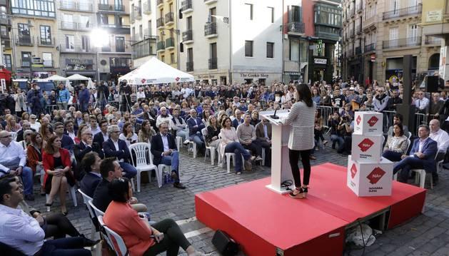 Inés Arrimadas interviene durante el acto de ayer de Navarra Suma en la plaza consistorial de Pamplona.
