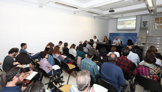 Un momento de la reunión del Ayuntamiento de Pamplona con representantes de las ONGD.