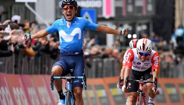 El ciclista ecuatoriano Richard Carapaz del equipo Movistar esprinta para vencer en la cuarta etapa del Giro de Italia.