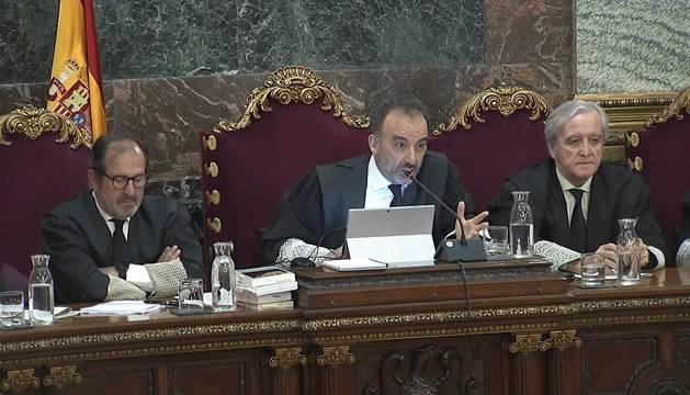 Imagen tomada de la señal institucional de Tribunal Supremo del presidente del tribunal Manuel Marchena, durante una nueva sesión este martes del juicio del