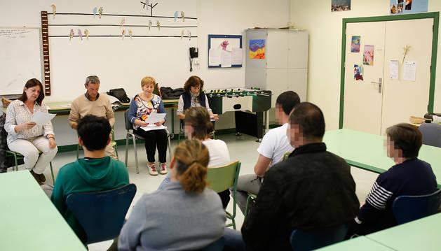 Foto de Marian Zubiaurre, Jesús Miguel, Loli Blanco y Angelina Lecumberri, leyendo ante pacientes de la Unidad de Psiquiatría.