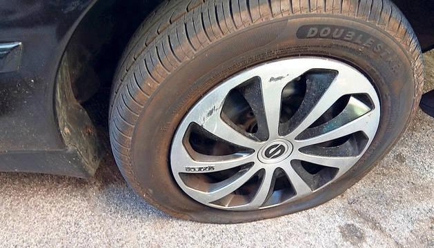 Uno de los neumáticos dañados.