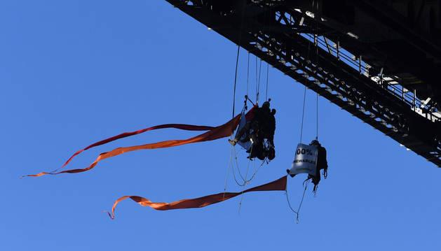 foto de Activistas de la ONG Greenpeace cuelgan del puente en la bahía de Sídney durante una protesta