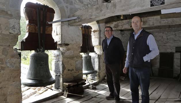 Foto de José Mª Larrea y José Miguel Equiza en el campanario de la iglesia de Nuestra Señora de la Asunción de Elía.