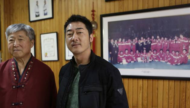 Foto de Lee Seun Jae ju nto a su hijo David, en el gimnasio Lee que regentan en el barrio de San Juan.