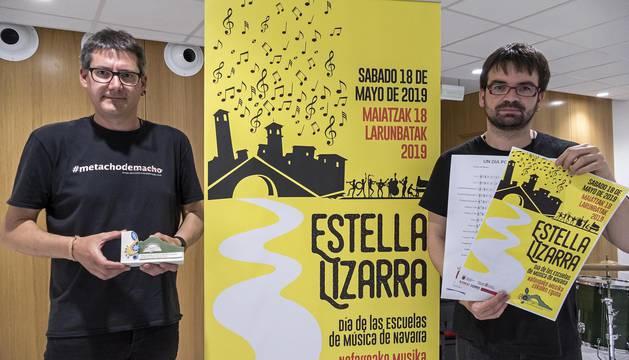 Javier Martínez Giralda y Jesús Prades Cavero, este miércoles con los carteles y el  logotipo de cerámica de la jornada. Un diseño encargado a las aulas de Almudí y realizado artesanalmente por la Casa de las Arañas.
