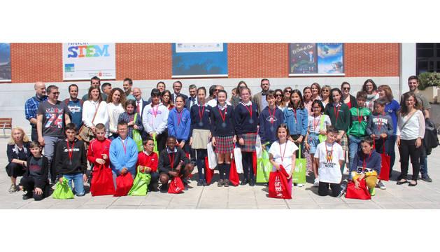 Concursantes y profesores de la IX edición del 'Spelling Bee'. Las tres ganadoras en el centro de la foto con su medalla (Amalia Santos Hermoso de Mendoza, la tercera por la izquierda).