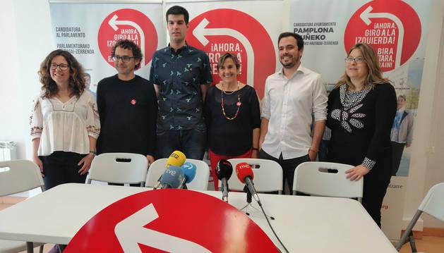 foto de Alberto Garzón en una rueda de prensa en Pamplona junto a candidatos de I-E al Parlamento foral