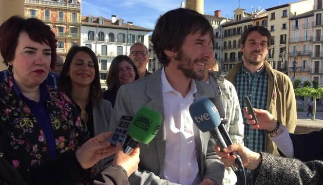 foto de Mikel Buil, en un acto electoral de Podemos Navarra con los medios de comunicación