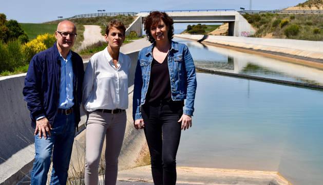 foto de Chivite (PSN), en un acto de campaña en un tramo del Canal de Navarra