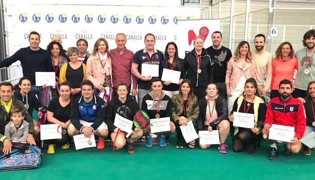 Foto de grupo de los participantes en el Campeonato Navarro de Parejas Mixtas.