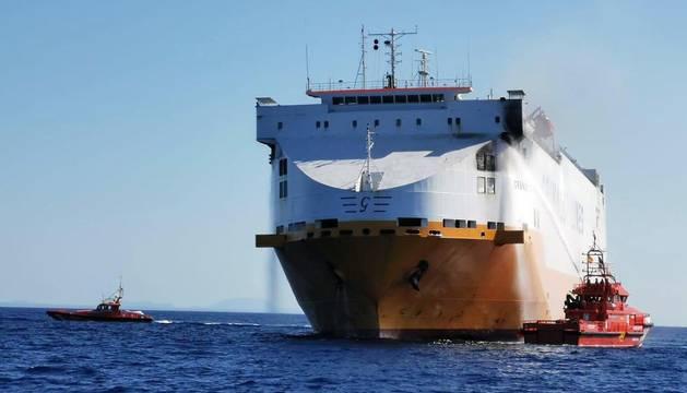 Fotografía facilitada por Salvamento Marítimo del barco mercante con 25 tripulantes que ha sufrido un incendio a 25 millas al sur de Mallorca.