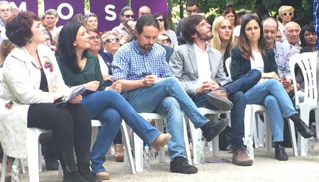 Pablo Iglesias, junto a Mikel Buil e Ione Belarra durante el acto en Pamplona.