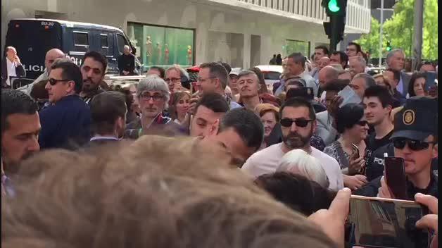 Despedida de Pedro Sánchez de Pamplona con selfies y besos