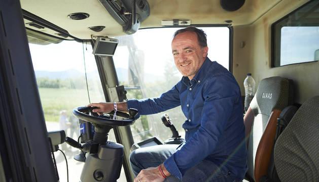 Esparza, este miércoles, en un tractor en Iturgoyen.