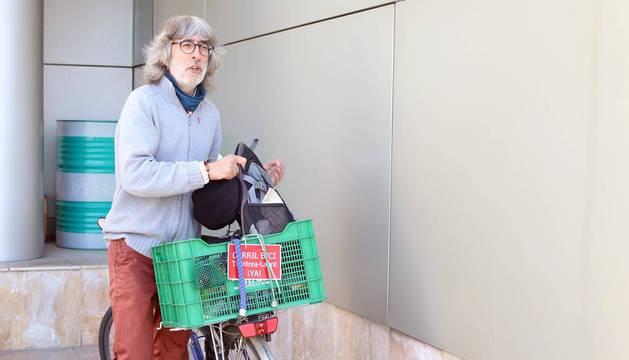 Andoni Romeo, candidato de Aranzadi-Equo, llegó al debate en una bicicleta treintañera. En la barca de la parrilla, su mochila.
