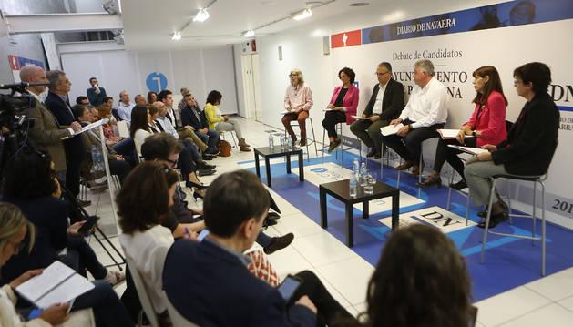 Foto de los seis candidatos a dirigir el Ayuntamiento de Pamplona, en un momento del debate.