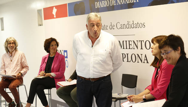 Foto de Asiron hace uso de sus 3 minutos sin interrupciones, según el formato del debate.