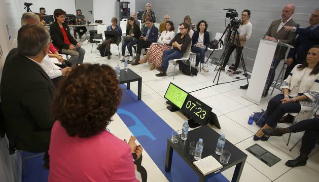 Foto de los candidatos tenían a sus pies varios relojes para gestionarse sus tiempos.