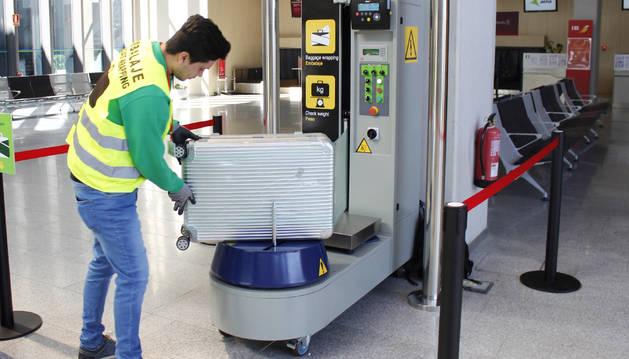 Foto de la nueva máquina plastificadora de maletas del aeropuerto de Pamplona en funcionamiento.