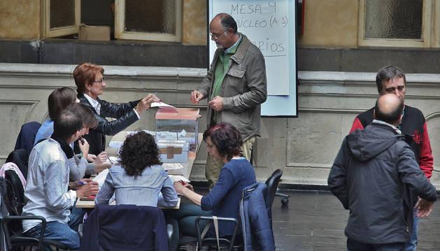 Foto de los trabajadores en una de las mesas instaladas en el INAP en las últimas elecciones sindicales de la Administración foral, en 2015.