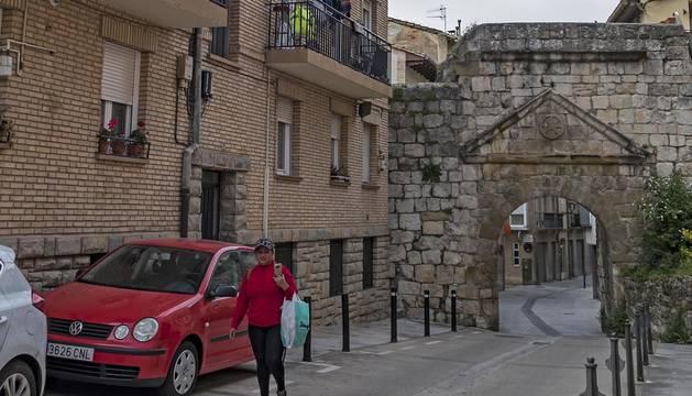 El bloque de Camino de Logroño adosado a la Puerta de Castilla.