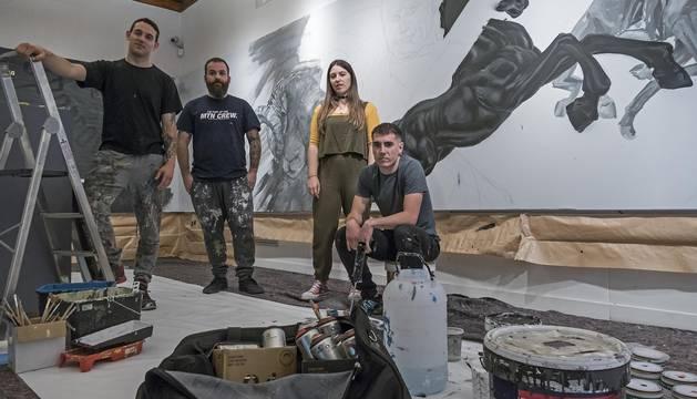 Los artistas Javier Landa Blanca 'Corte'; Juan Ángel Perotxena, de Malmö; Leire Urbeltz y Jon Zabalegui en la sala de exposiciones del Museo del Carlismo.