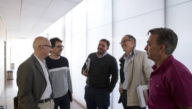 Por la izda: Bernardo Ciriza (PSN), Txema Mauleón (I-E), Unai Hualde (Geroa Bai), Adolfo Araiz (EH Bildu) y Miguel Bujanda (Navarra Suma).