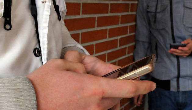 Foto de los acusados contactaban con los menores a través del móvil.