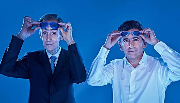 César Sarachu (izq.) junto al director y dramaturgo Juan Mayorga, posando con las gafas de nadar.