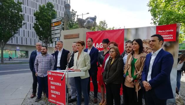 foto de Chivite en un acto del PSN junto al monumento a las víctimas del terrorismo.