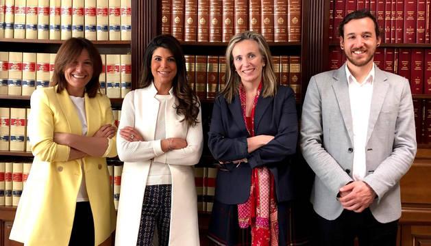 foto de Carolina Viguria, directora del Servicio de Política Económica; Raquel Trincado, gerente de AJE; Izaskun Goñi, directora general de Política económica, Empresarial y Trabajo; y Javier Vidorreta, presidente de AJE.